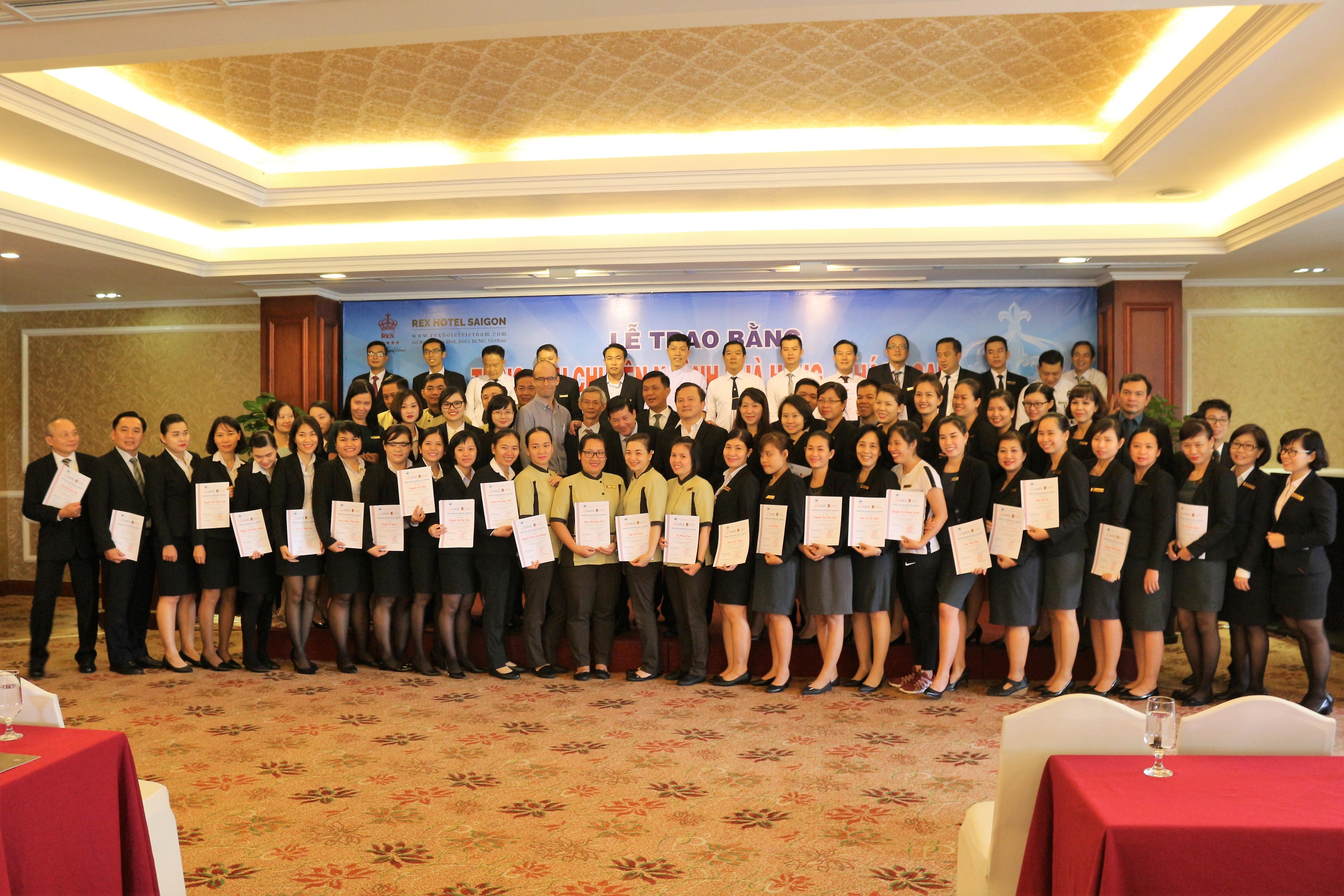 """Lễ Tổng kết khóa học """"Anh ngữ giao tiếp trong môi trường Nhà hàng khách sạn"""" cho cán bộ nhân viên Khách sạn REX Saigon"""